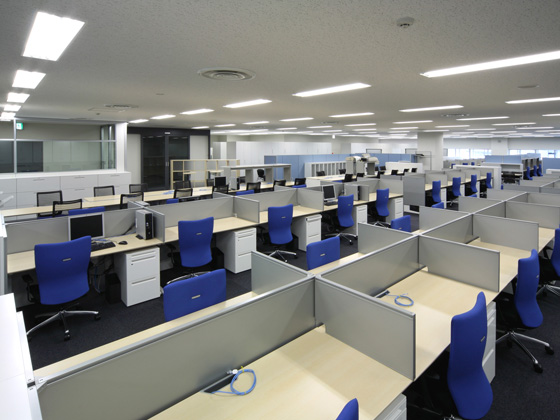 All Nippon Airways Co., Ltd. (ANA)/【Office area】The parallel layout does away with the barriers dividing the three occupant companies. Ample meeting space facilitates discussion.