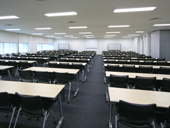 All Nippon Airways Co., Ltd. (ANA)/【Multipurpose meeting room】Tables and chairs have a storage function that allows them to be flexibly arranged in a seminar or meeting configuration.