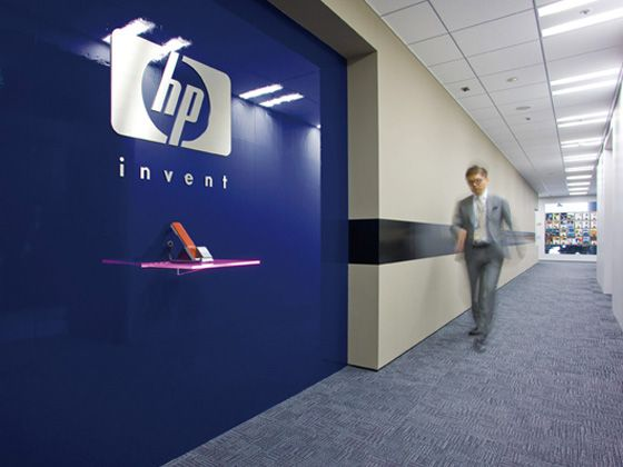 Hewlett-Packard Japan, Ltd./【Entrance area 】Simple reception area based on 'simple design' policy. Reception table in seven colors creates an impact.
