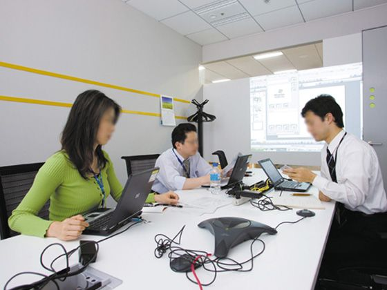 Hewlett-Packard Japan, Ltd./【Communication area】Meeting rooms can be used for company meetings or to meet with customers. The tables are narrow to promote heated communication.