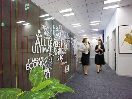 Hewlett-Packard Japan, Ltd./【Employee entrance 】A sign board at the employee entrance. The founder's words are designed in the shape of a world map to give employees pride and confidence.