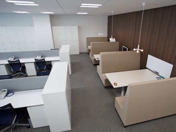 Tokyo Electron Device LTD./【Communication area】A sofa-adorned meeting space is located next to the office area.