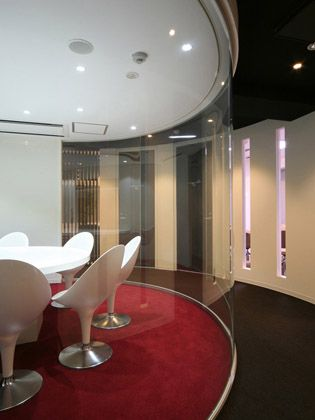TECHTUIT CO.,LTD/【Meeting area】The symbolic central video conferencing room is decorated in red and white.