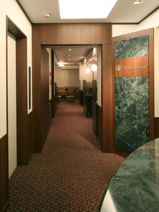 Financial Club inc./【Entrance area】The 9th fl. entrance to the members-only salon uses serpentine for a high-grade finish.