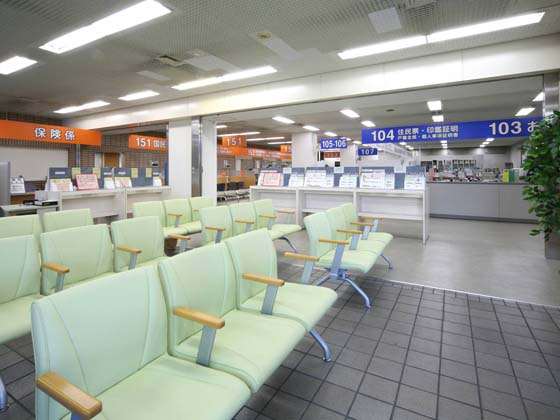 Yokohama City, Kanagawa Prefecture/【Kanagawa Ward - Waiting area】The lobby chairs have armrests to make it easy for older people to stand up.