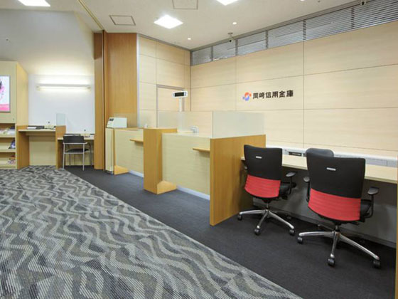 The Okazaki Shinkin Bank/【Counter】The low counters in the foreground are designed to be usable by people in wheelchairs.