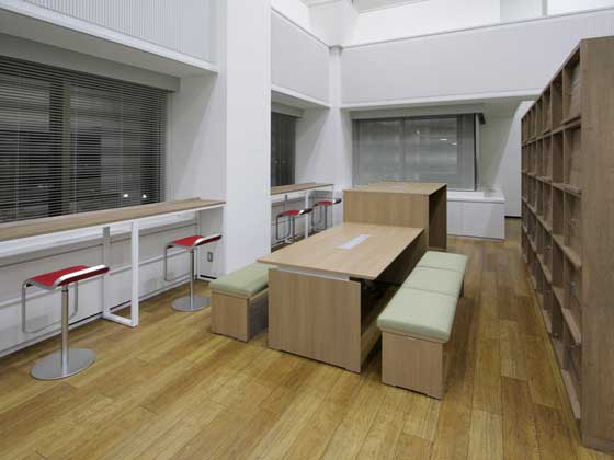 Kirin Kyowa Foods Company, Limited/【Break area and library】The break area and library in the corner of the office.