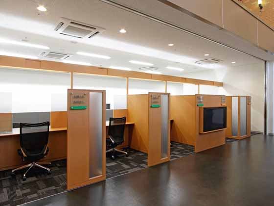 The Hokkoku Bank, Ltd./【Bank branch】(Counters) All the branch's counters are low.