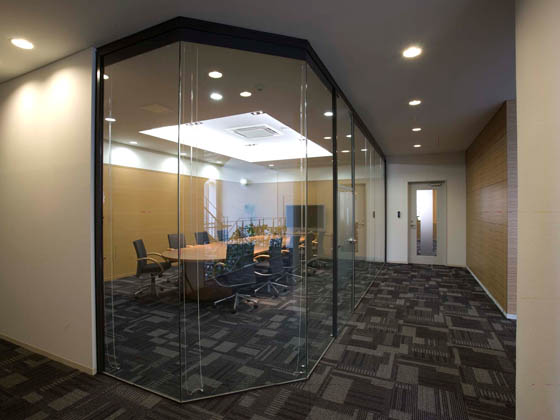 COSMO SYSTEM, inc/【Presentation room】Sleek glass dividers are used for a sleek, relaxed space.