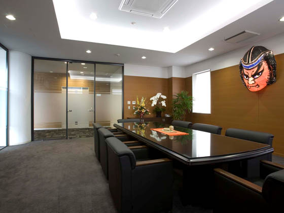 COSMO SYSTEM, inc/【Reception and meeting rooms】The furniture that is used has a stately air. The chairs have casters to make them easy to take out and put away.