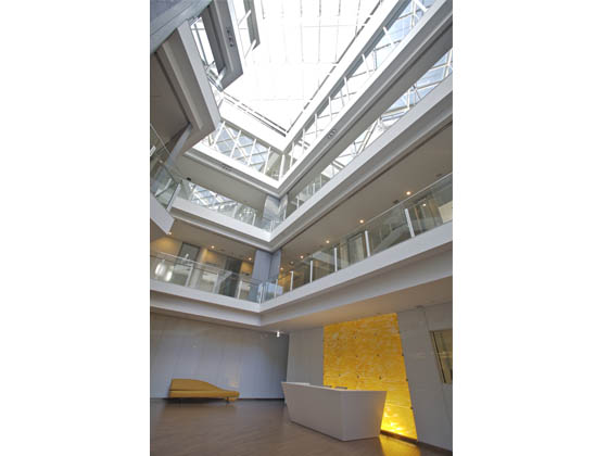 Ambassade de France au Japon/【Entrance】A bright space with a ceiling vaulted to the fourth floor.