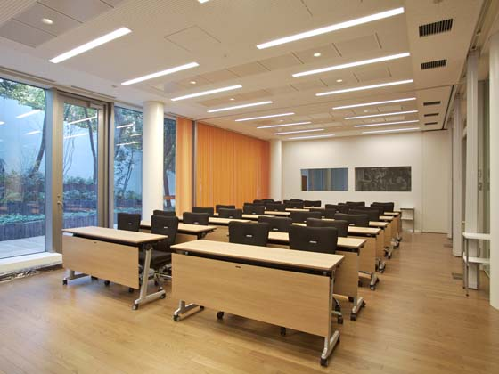 Ambassade de France au Japon/【Multipurpose room】The multipurpose room also contains a library.