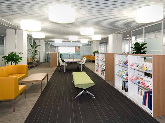 Coca-Cola West Co., Ltd./【Library area】A laid-back space that allows people to gather information while relaxing in sofas.