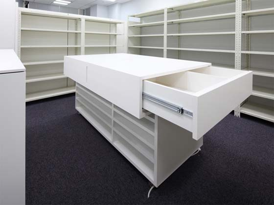Meiko Network Japan Co., Ltd./【Storage and work area】The movable work desks contain built-in storage for posters, pen stands and rulers.