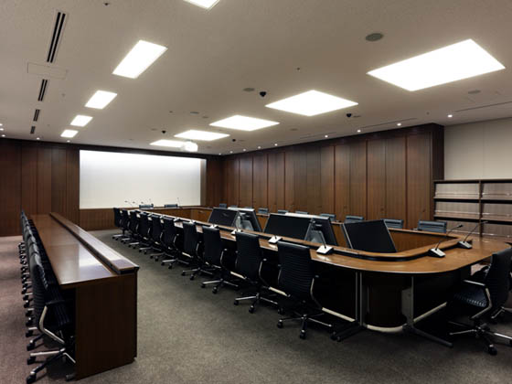 General Materials Manufacturer/【Executive area】Meetings rooms in the executive area are equipped for multimedia. The furniture pieces feature a subdued wood finish.