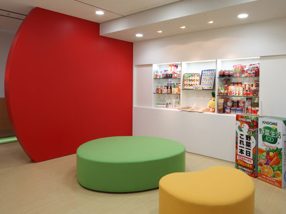 KAGOME CO., Ltd./【Entrance area】The waiting space expresses the company's corporate identity throughout the entire space.