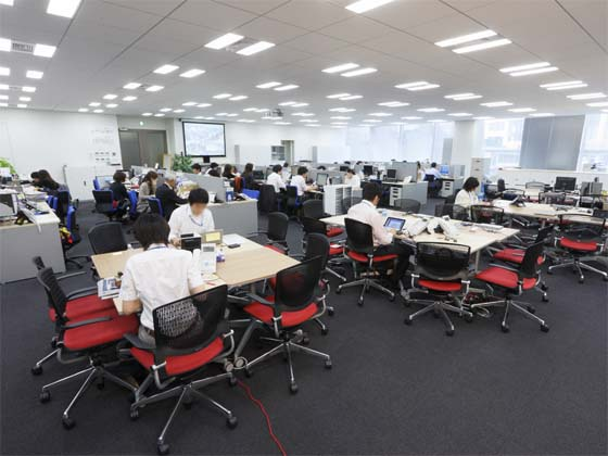 AUN CONSULTING, Inc./【Office area】There is fixed back-to-back seating and flexible, address-free seating in front.