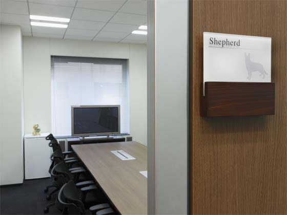 AUN CONSULTING, Inc./【Conference room】The room name signs use the names of different breeds of dogs.