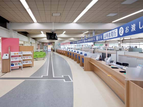 Yotsukaido City /【Service counter floor】The counters form an arc like they are accepting visitors.