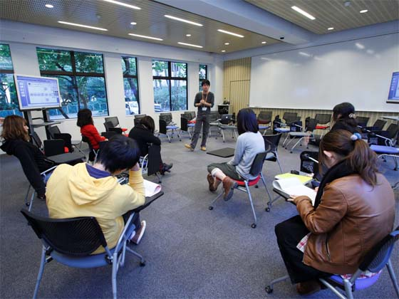 Kaetsu University/【01_lecture.110101_Lecture-based learning】Lecture-based learning Students sit in a circle to listen to instructor lectures.