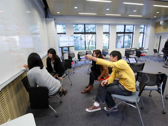 Kaetsu University/【Discussion-based learning】Discussion-based learning  Discussions are held while using the white board on the front wall.