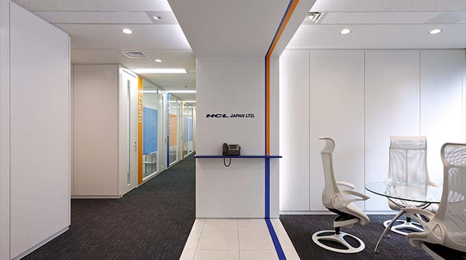 HCL JAPAN LTD./【Entrance】A reception area accenting the corporate colors.