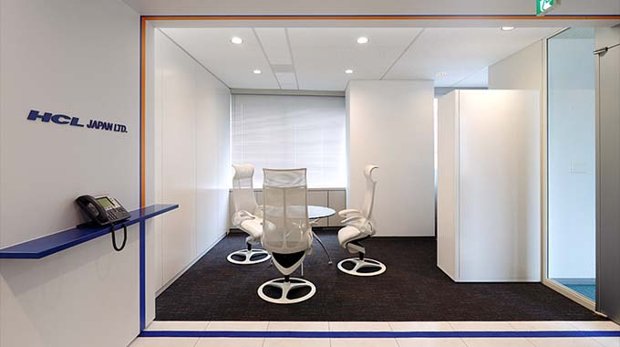 HCL JAPAN LTD./【Waiting space】A waiting space with a sense of liberation, and a color scheme that places value on white.