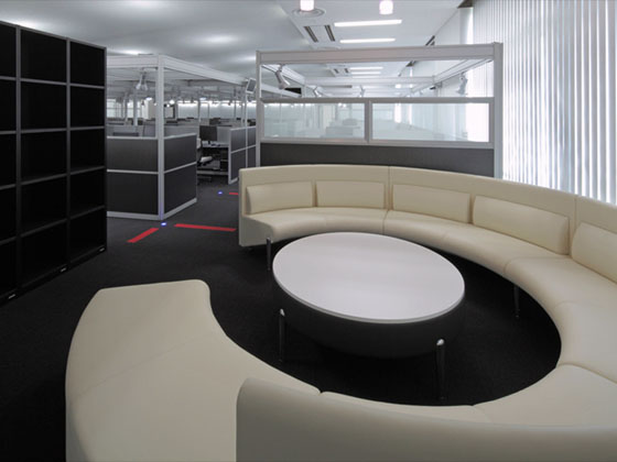 Goto Ikueikai Education Foundation Tokyo City University/【Meeting space】Circular sofas enabling people to have conversations in a relaxed atmosphere