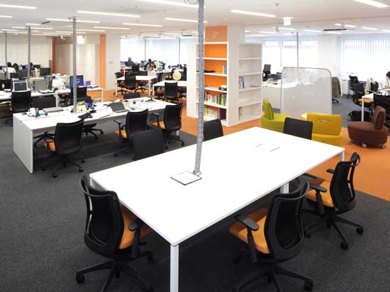 TANITA Corporation/【Office area】A non-territorial office layout that does not use an OA floor and has the wiring in the ceiling
