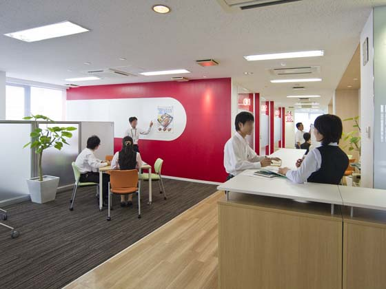 Plenus Company Limited/【Communication area (Meeting area)】Whiteboards and red wall surfaces that encourage lively meetings