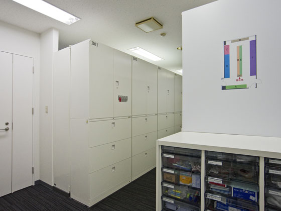 Plenus Company Limited/【Storage space (Storage area)】Desk storage spaces abolished and shared storage based on concentrated management and sign schemes adopted