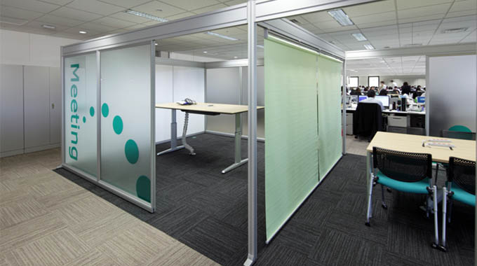 MS & AD Systems Company, Limited/【Semi-open meeting area】Semi-open meeting area which has introduced standing meetings as well