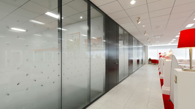 Triumph International (Japan) Ltd./【Meeting room】So as to avoid a sense of being closed in, a gradation sheet is attached, and the crown is cut out of the logo.