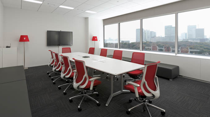 """Triumph International (Japan) Ltd./【Meeting room】Users can hold meetings while gazing out at Hamarikyu. Equipped with the floor type of """"Triumph light."""" The brand name is shown in each meeting room."""