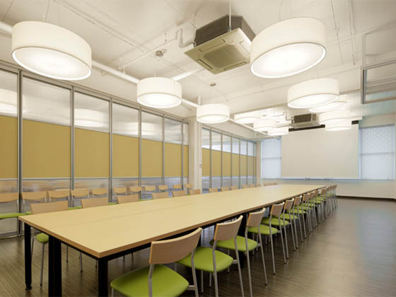Oki Electric Industry Co., Ltd./【Second floor meeting space】Meetings and social gatherings using the sliding walls as petitions are also possible.