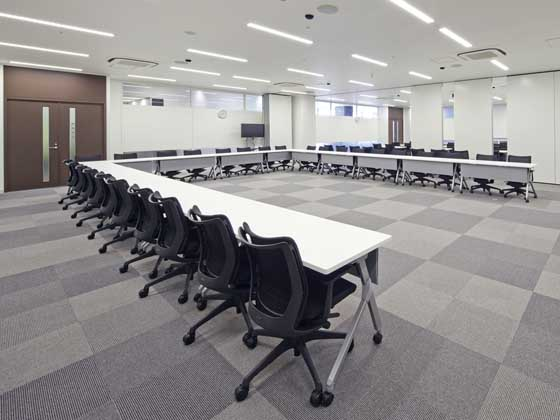 Fuji Xerox Learning Institute Inc./【Conference room】With a seating capacity of 120, and can be divided into two rooms using a sliding wall