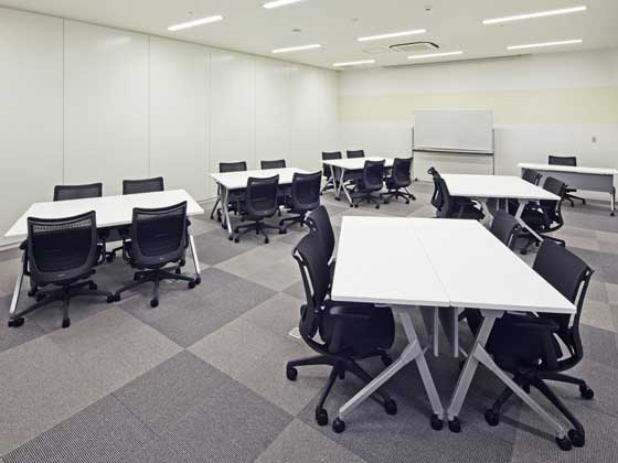 Fuji Xerox Learning Institute Inc./【Conference room】Uses to block-type partitions containing glass to alleviate the sense of being enclosed