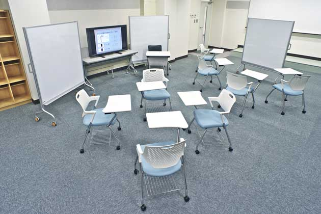The University of Tokushima/【Panoramic view of a classroom】With chairs fitted with writing tablets
