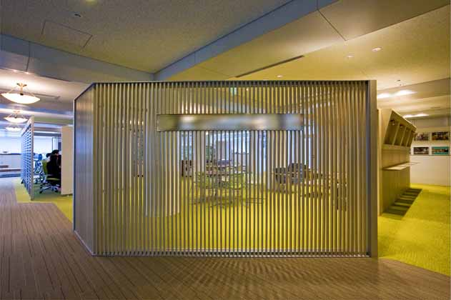 IT services company/【Third floor entrance area】A wall made of vertical strips that gently blocks the view to the inside
