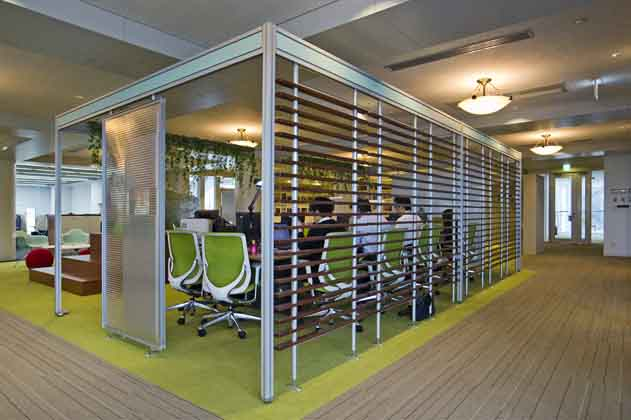 IT services company/【Meeting area】We set up a meeting booth in the center of the office. It is designed so that its sounds and atmosphere can be felt throughout the entire floor.