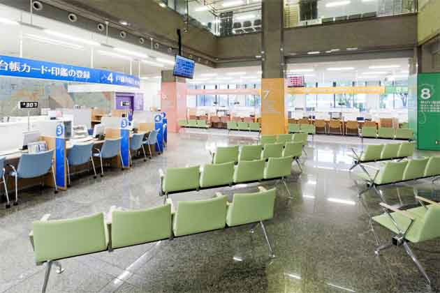 Ebina City, Kanagawa Prefecture/【Waiting and counter area】A bright waiting space in a pleasant space with no ceiling above the first floor