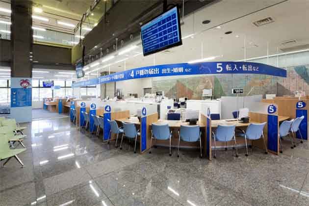 Ebina City, Kanagawa Prefecture/【Waiting and counter area】A curved counter which gives a gentle impression