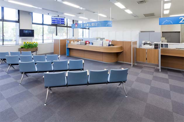 Ebina City, Kanagawa Prefecture/【Waiting and counter area】At the handover counter after completion of the procedures, the area is divided up using blue benches