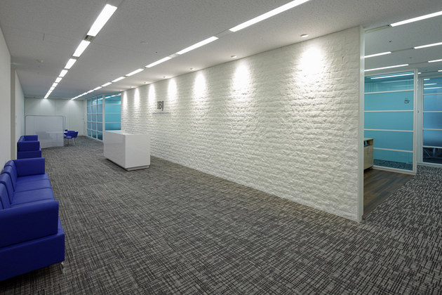 IBJ, Inc./【Entrance area】A simple and beautiful space utilizing stone textures.