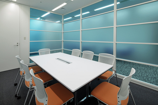 IBJ, Inc./【Conference room area (clients)】Highly usable and compact client conference rooms create an open atmosphere using glass walls.