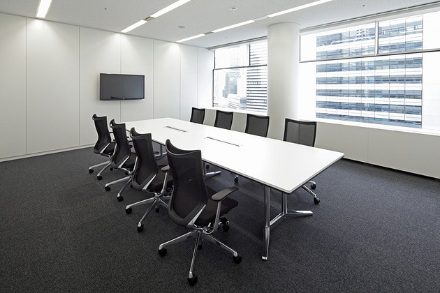 IBJ, Inc./【Conference room area (clients)】Also used for receiving visitors, these conference rooms utilize monotones to create a calm space.