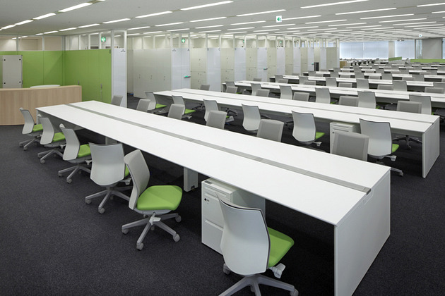 IBJ, Inc./【Office area】Gathering shared facilities at the building's core resulted in high-visibility office space.