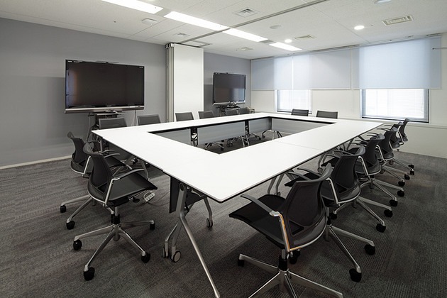 Pharmaceutical company/【Video conferencing room】Utilizing movable partitions, the soundproofed conference room can handle video conferences with large numbers of participants.