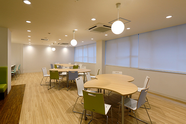 Showa University/【Table seating】An assortment of irregularly shaped tables.