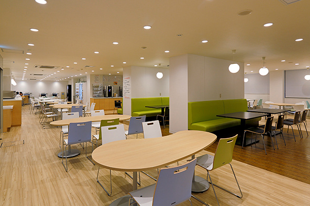 Showa University/【Table seating】Irregularly shaped tables with comma or egg shapes.